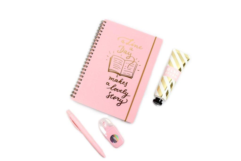 Un carnet de note rose, un stylo, un surligneur et un tube de peinture. Idéal pour noter vos impressions après un entretien raté.
