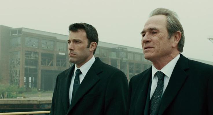 Les acteurs Ben Affleck et Tommy Lee Jones discutent de leur après licenciement sur le site de leur vieille usine